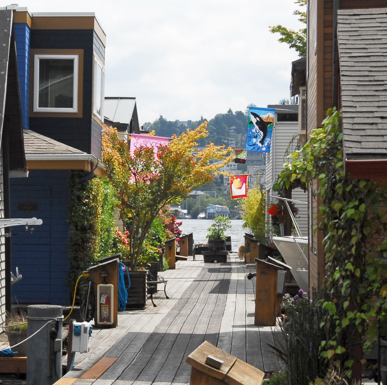 seattle houseboats for sale floating homes for sale on lake union portage bay. Black Bedroom Furniture Sets. Home Design Ideas